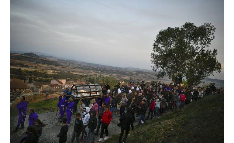 Penitentes encapuchados dan la nota en Semana Santa española