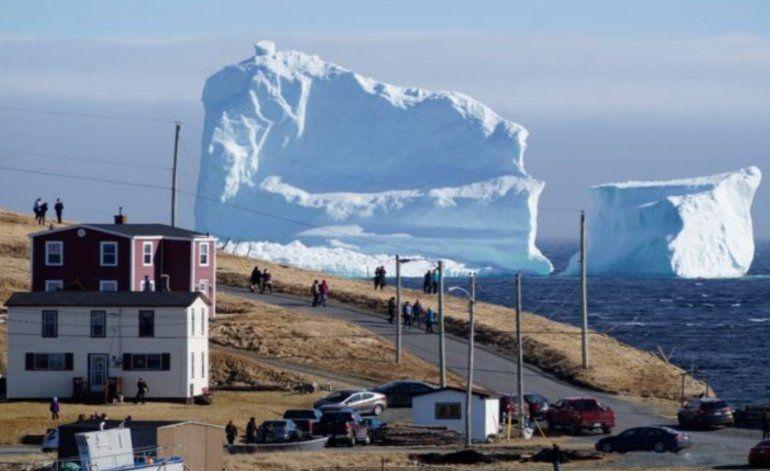 El pasaje de los icebergs: el fascinante espectáculo natural que disfrutan en un pequeño pueblo de la costa de Canadá