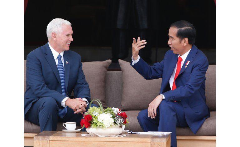 Pence elogia a Indonesia por su democracia y tolerancia