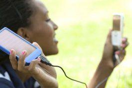 como cargar tu telefono movil con el sol y el movimiento