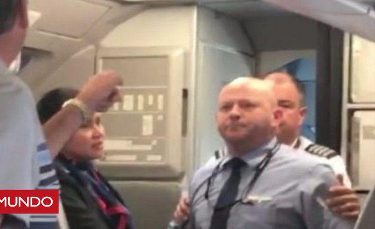 Así fue el momento en que un empleado de American Airlines amenaza con golpear a un pasajero