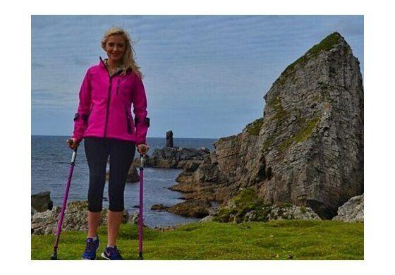 La mujer que sufrió cáncer en los huesos y ahora escala montañas con muletas