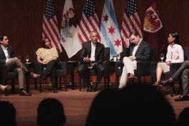 barack obama hizo su primera aparicion publica desde que dejo la casa blanca