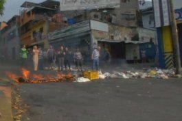 opositores paralizan carreteras y autopistas en 24 ciudades de venezuela
