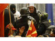 manifestantes agreden a legisladores en macedonia