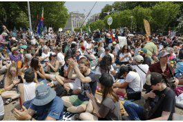 miles protestan contra las politicas climaticas de trump