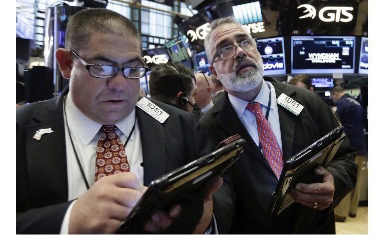 Pocos cambios en Wall Street; caen las tiendas minoristas