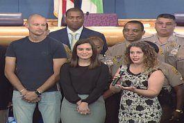 comision de miami dade otorga reconocimiento a  3 miembros de la comunidad que salvaron la vida de un oficial de policia