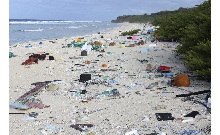 Hallan toneladas de basura en isla deshabitada del Pacífico