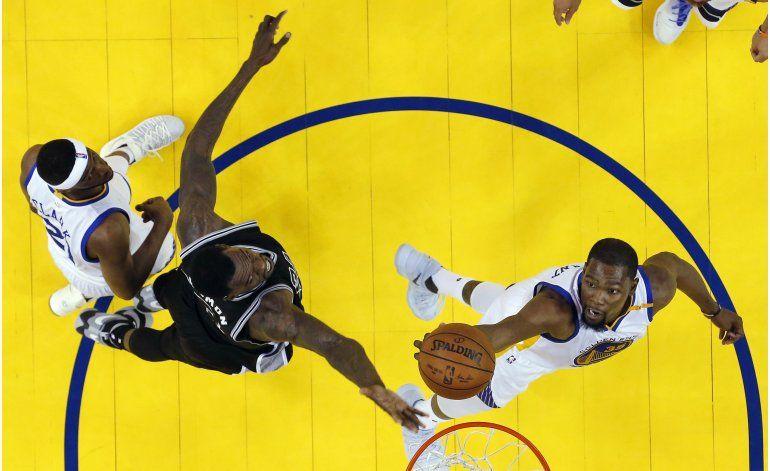 Warriors aprovechan ausencia de Leonard y trituran a Spurs