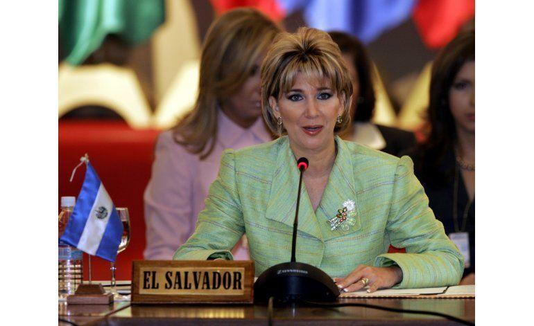 Juez salvadoreño pide captura de esposa de expresidente Saca