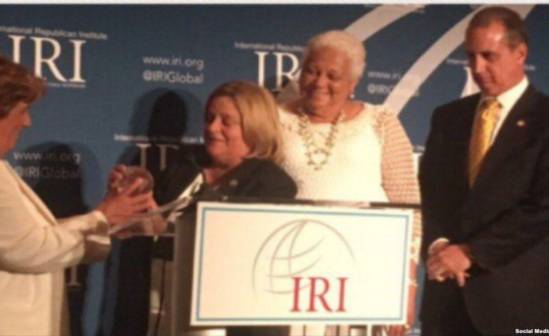 Damas de Blanco reciben premio a la Libertad junto a senador John McCain