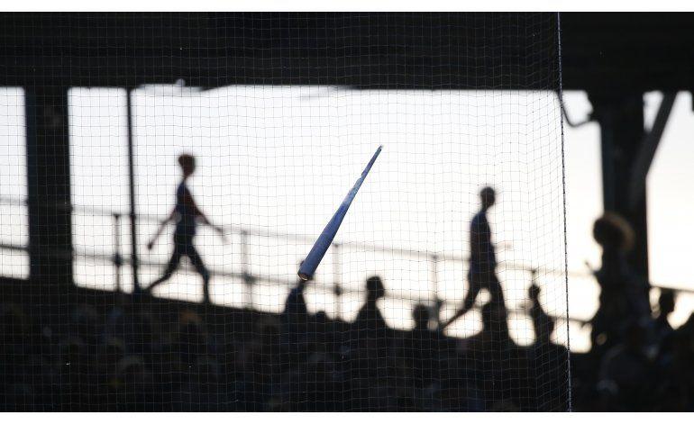 Parte de bate roto se atora en red del Wrigley Field