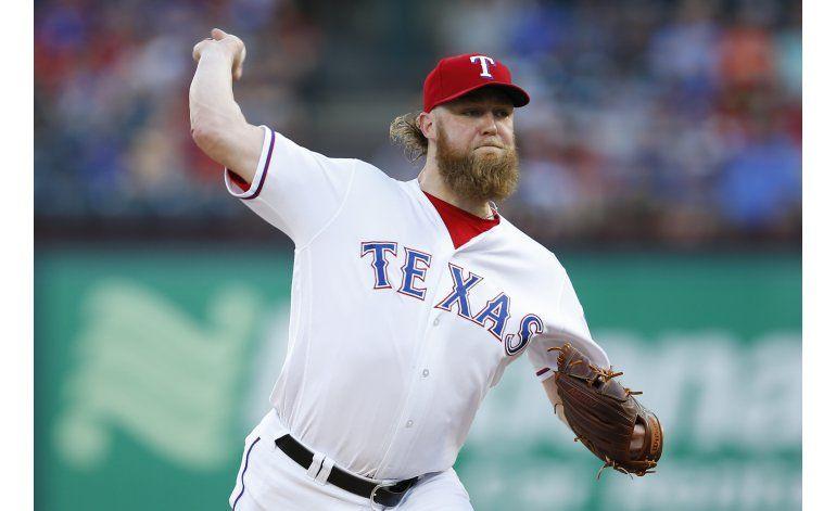 Cashner gana al fin en Texas; Rangers vencen a Filis
