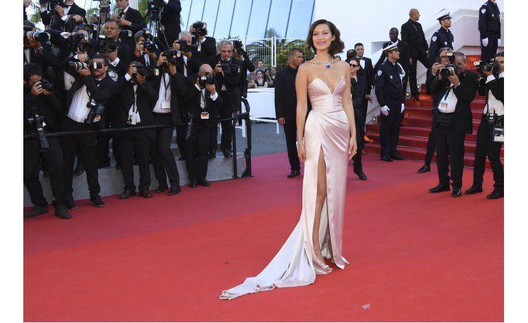 Bella Hadid sufre desperfecto de vestuario en Cannes