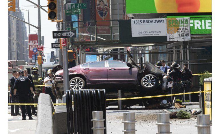 Vehículo embiste a peatones en Times Square; muere una mujer