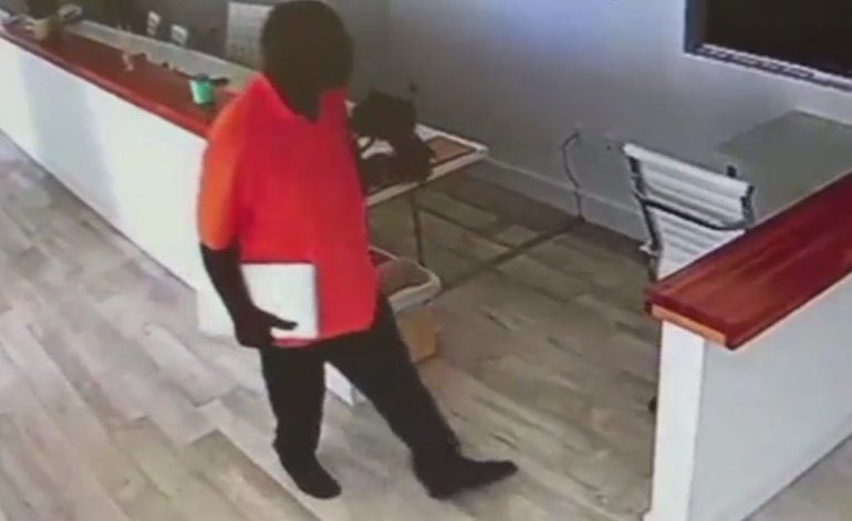 Captado en cámara: Ladrón se roba una computadora y un iPad de una oficina