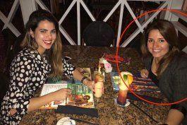 exclusiva: periodista oficialista cubana disfruta de cena en el exilio