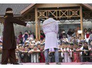indonesia: 2 hombres reciben bastonazos por sexo gay