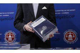 presupuesto de trump reduce programas, aumenta gasto militar