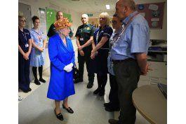 lo ultimo: la reina isabel ii visita a ninos hospitalizados