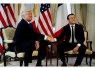 largo apreton de manos entre trump y macron