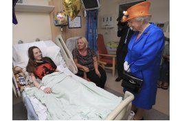 reina isabel visita a victimas de ataque en manchester