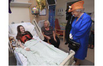 Reina Isabel visita a víctimas de ataque en Manchester