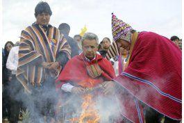 ecuador: indigenas dan baston de mando a presidente moreno