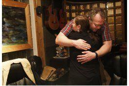 en cada violin que fabrica, un mensaje a su hermano muerto