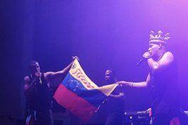 gente de zona lleva al escenario una bandera de venezuela con el pedido de libertad