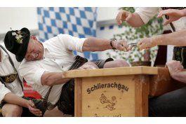 disputan tradicional campeonato de lucha de dedos en baviera