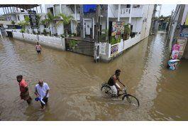 rescatan victimas de deslaves en sri lanka. hay 169 muertos
