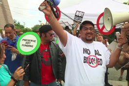 camisetas del che guevara y banderas del 26 de julio en marcha anti trump en miami