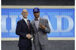 76ers toman a fultz y lakers se van con ball en el draft nba