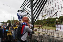 manifestantes derriban cerca de base aerea en venezuela