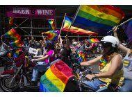 desfiles del orgullo gay protestan en lugar de celebrar