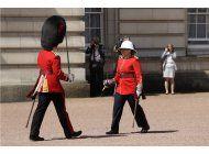 mujer dirige cambio de guardia en palacio de buckingham