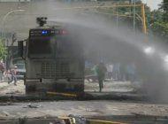 entre trancazos y represion se cumple la huelga nacional en venezuela