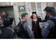 musulmanes protestan orando frente a santuario en jerusalen