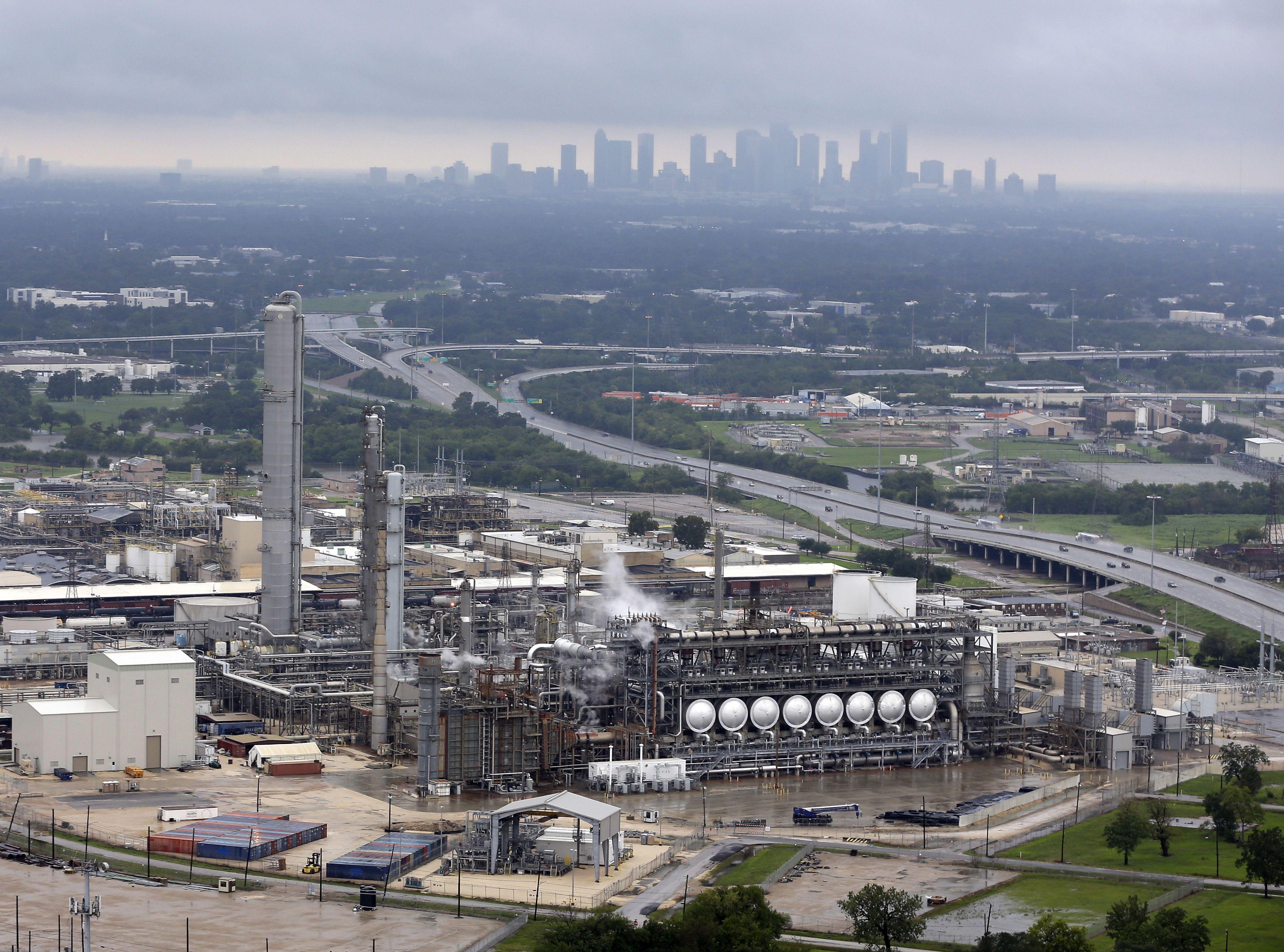 Harvey cierra más refinerías y dispara precios del crudo