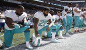 Jugadores de la NFL se arrodillan durante el himno de EE.UU. tras críticas de Trump