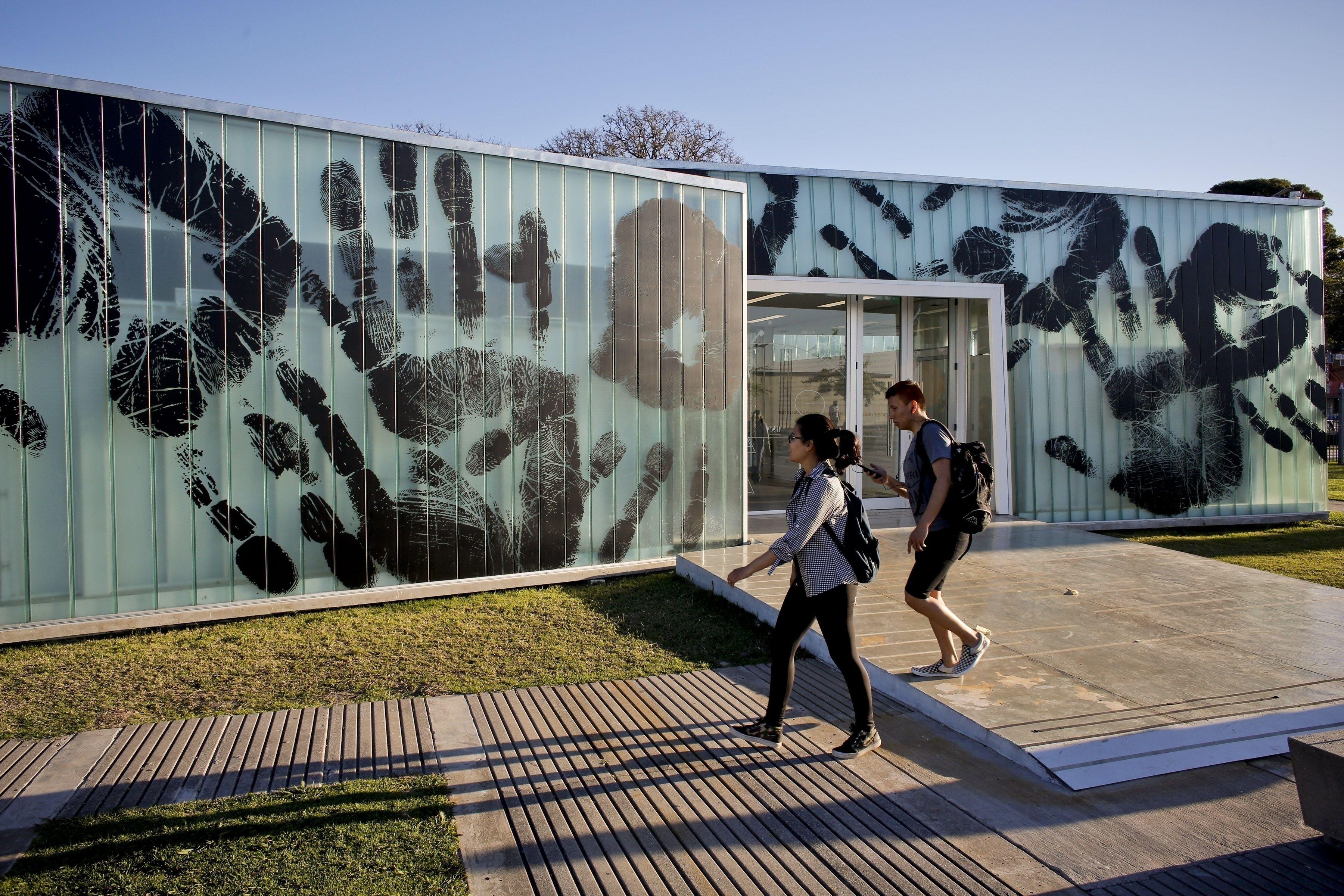 Bienalsur Cambia Espacios P Blicos En Buenos Aires # Muebles Jozami Paran? Entre R?os