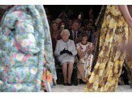 la reina isabel ii asiste por 1ra vez a la semana de la moda