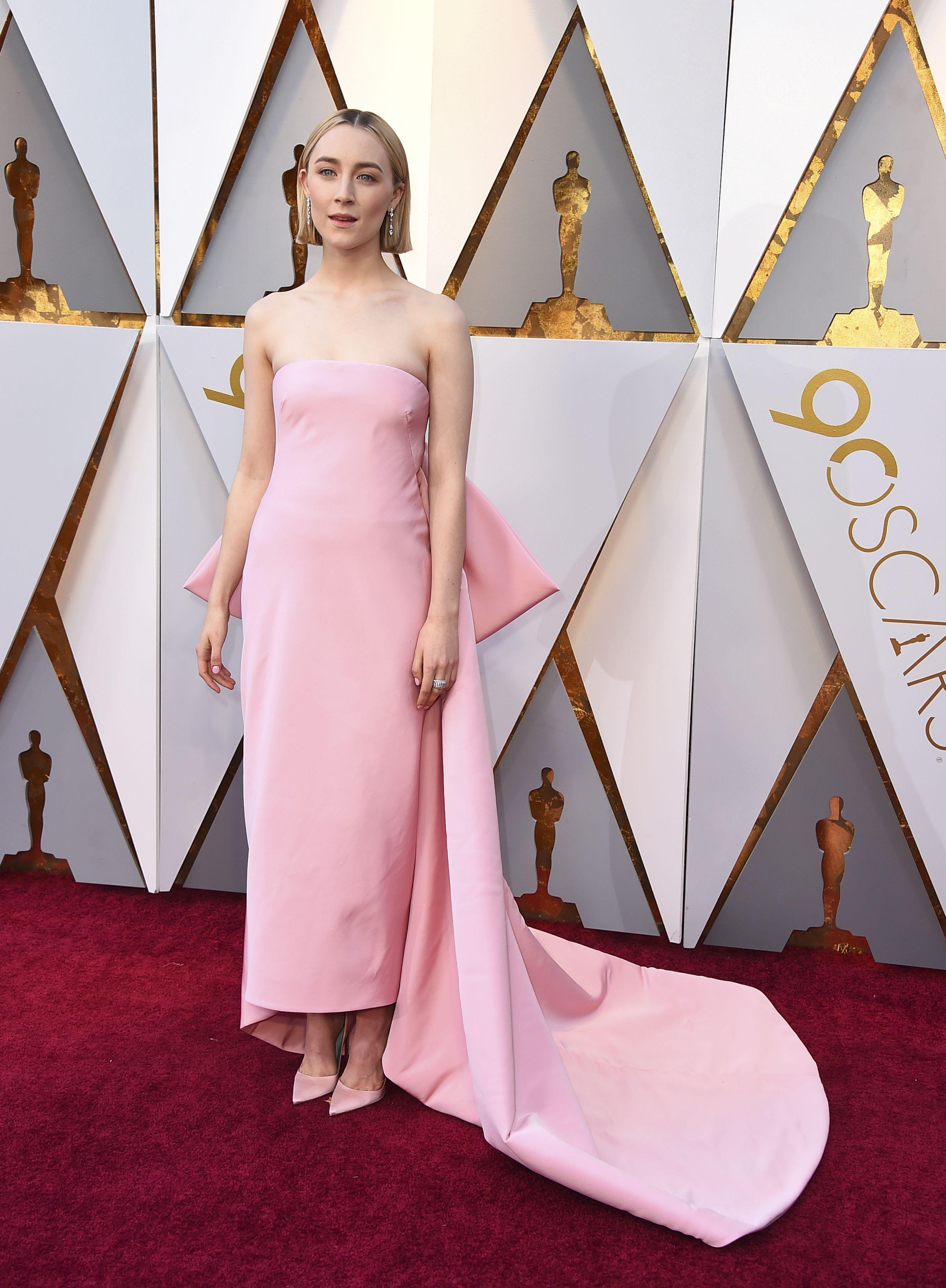 Drama en rojo y tonos brillantes en la alfombra de los Oscar