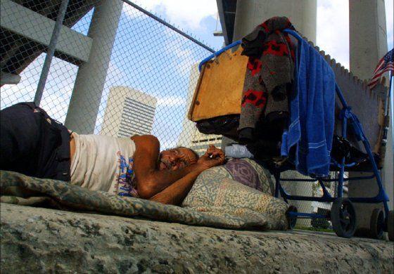 Juez federal anula protecciones para desamparados en Miami