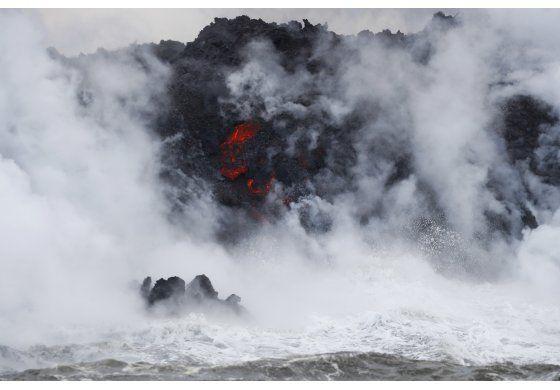 La lava del Kilauea llega al océano y crea una nube tóxica