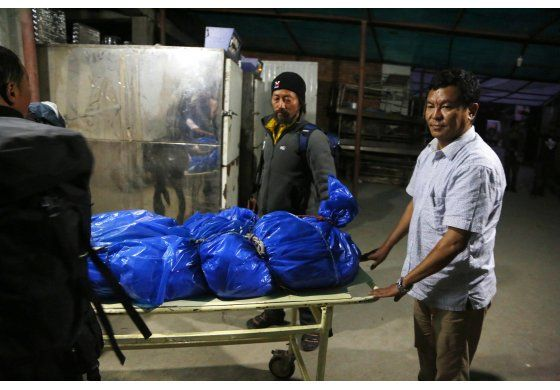 Mueren 2 alpinistas extranjeros al intentar subir el Everest