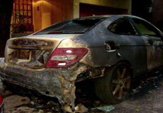 Quemó el Mercedes Benz de un compañero de su hijo como venganza