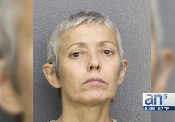 La dejaron fuera de la herencia y golpeó hasta la muerte a su madre en Ford Lauderdale